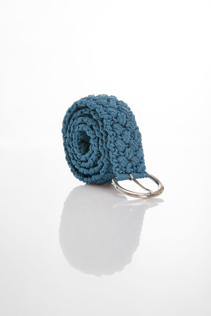 crocher belt in blue color yarn with silver color buckle